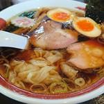 93515786 - ワンタン麺+煮玉子。ワンタンは餡も好いしフワフワ。