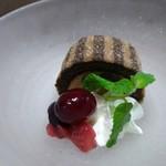 庖味屋 - デザート(ミニショコラロールケーキとベリー)