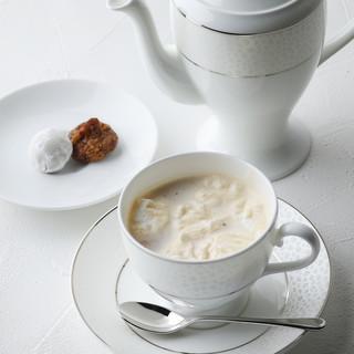 大量の茶葉を使って仕上げる極上ロイヤルミルクティーを!