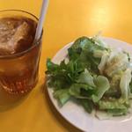 イタリ庵 - ウーロン茶と小サラダ