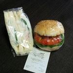 ブリュネット - カニ風味サラダ、ハンバーグ(各200円)