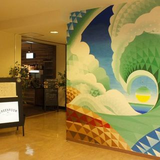 入口は松戸在住のアーティスト「HOLHY」さんの壁画♪