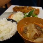 肉が一番 - どちらの定食にも量が選べる白ご飯と具沢山の豚汁が付いてます。