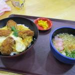 小谷サービスエリア(下り線) スナックコーナー・フードコート - 料理写真:カキとじ丼
