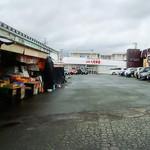 ザ・ルームス - 同敷地内には本屋に加え、味のある店が並ぶ駅前市場