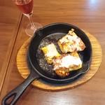個室×カフェ&チーズバル dolloom - オムレツ ちょっと焦げてて、失敗してる! これはダメでしょ!