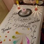 個室×カフェ&チーズバル dolloom - テーブルアート(^-^)  ピンクのケーキの中はバームクーヘン。ケーキ横のドライアイスが 雰囲気だしてて良かったです。