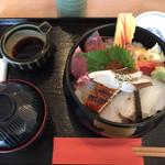 93552878 - 敦賀海鮮丼税込2354円♤上にのったのは越前ガレイ、他海鮮も分厚くて美味しかったらしい(^^)♡