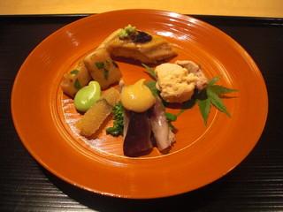 京料理くまがい - 生とり貝の酢味噌がけに穴子寿司、鯛の子を炊いた八寸風の料理。