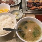 平和園 - →ホル定のご飯・味噌汁・白菜漬け・果物付き計600円