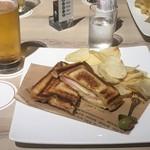 マウナケア - ハムとチーズのホットサンド、生ビール