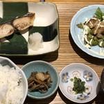 海山邸 - 本日の魚味噌付け焼き(950円:税込)をチョイス。 ◆この日のお魚は「鰆のみそ焼き」「週替わりメニューは鶏の照り焼き」「ご飯」「小鉢」「香の物」「お味噌汁」など。 リーマン風の方が多いせいか、5分もかからず提供されビックリ。