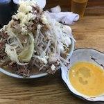 93567729 - 【2018.9.22】ラーメン豚増し940円+うずら80円 麺少なめにして生たまごサービス。
