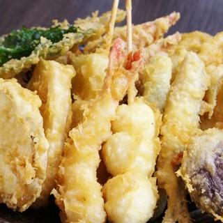 目の前でカラリと揚げられる堺の魚市場の大人気天ぷらをなんばで