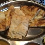 New Delhi Spice - 左からハニーナン、プレーンナン、チーズナン