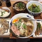 93577088 - 鰹冷しだしそば(筍トッピング)、なめことオクラのねばとろ丼、旨豆腐、都野菜サラダ、焼売