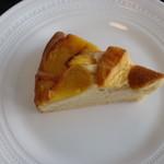柞の杜 - 【 黄桃のケーキ 】   秋の味覚二つめは、黄桃のケーキ。  フレッシュなままの黄桃に ブラウンシュガーを合わせて。  ジューシーで優しい香りのケーキです。  どうぞお楽しみくださいませ。。