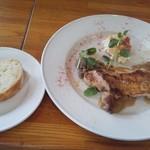 93579062 - 自家製米粉のフォカッチャ、鶏もも肉のグリル グレイビーソース