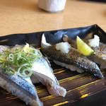 にぎり長次郎 - 秋刀魚にぎり(280円)、炙り秋刀魚にぎり(280円)