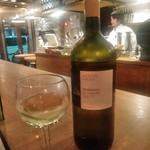 93587070 - [ドリンク] モンテベッロ・トレッビアーノ (白) グラス & ボトル