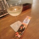 肉バル MANZO - [ドリンク] モンテベッロ・トレッビアーノ (白) グラス ①