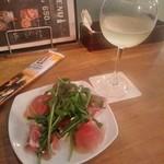 93587138 - [料理] 生ハム (ハーフ) & モンテベッロ・トレッビアーノ (白) グラス