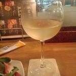 肉バル MANZO - [ドリンク] モンテベッロ・トレッビアーノ (白) グラス ②