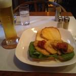 カフェ アラビカ - 生ビール+ポテトとコンビーフのオープンサンド