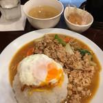 タイ料理JUMPEE - 「ガイ ガパオ ラット カーオ」! スパイシーで美味しいです。