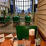 カフェ・シャローム - 店内壁際の席からオープン席を眺める