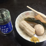 丸健水産 - カップ酒、おでん(ちくわぶ、大根、玉子、こんぶ、ウインナー巻)。あわせて¥870。