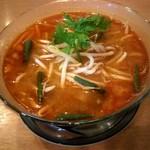 プエンタイレストラン - トムヤムヌードル(ランチ850円・税別)セットでサラダとスープ、ドリンクが付きます。具材は海老、袋茸にモヤシ、青葱、パクチーのトッピング。ハーブの効いた旨辛酸っぱいスープ、病みつきになりそうです。
