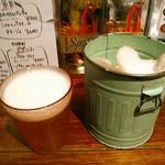 アガリコ マサール - お通しの海老煎餅はおかわり自由で税別300円。生ビールは伊勢角屋麦酒のヒメホワイト(税別680円)に。