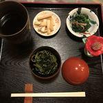 ひと椿 - つきだし。この茶そばのつゆにおでんの出汁をたして二段階で楽しみます!