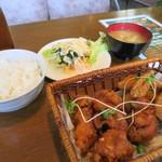 南風亭 - バイキングでお味噌汁とサラダを取ってきて唐揚げ定食の出来上がり(笑)