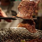 焼肉革命 牛将 - 厚切り牛ロースはハサミで切って