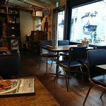 93631264 - 日本の飲食店では珍しい、青と黄色をメインに使った店内は南国ムードが漂う。