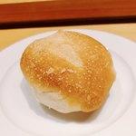 ラ キュイジーヌ ド カワムラ - 自家製パン様