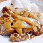93636596 - 片栗牛肉とシャッキリ玉ねぎの炒めにカレーを組み合わせたいかにも中華咖喱!