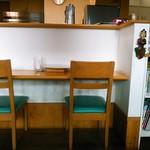 かれーの店 ポカラ - カウンターに何席かと4人用テーブルがふたつだけの小さなお店です。