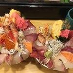 神東寿司 - 左が上海鮮丼  右が海鮮丼