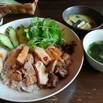 asit - カオカームー(豚肉煮込みごはん)と、ちょこっとグリーンカレーです