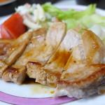 フレッシュマート三平 - 料理写真:ポークステーキ。結構大きなソテーが、レタストマト付きでなんと400円!