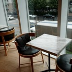 ピエール・エルメ・パリ - 青山通りが見渡せるテーブル席もあります(2階)