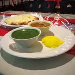 アンナプルナ - パラックカレーランチ。ナンはチーズナンに変更。