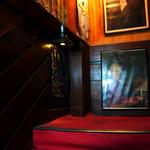 名曲・珈琲 麦 - 特徴的な赤い階段。