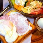 名曲・珈琲 麦 - 大きなハムエッグのトースト。