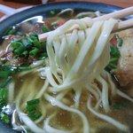 亀かめそば - スマートで平打ちな麺は硬めでこれも食べ応え有り。