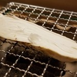 93651687 - ⑩松茸(広島県庄原産)の炭火焼き                       松茸の繊維がしっかりしていてクキクキとした食感と共に薫りが口から鼻へ拡がり、優雅な薫りに包まれます♪                       秋が深まるともっと薫りが良くなるのでしょう。