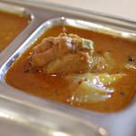 カフェと印度家庭料理 レカ - ピックルス風味のチキンカレー